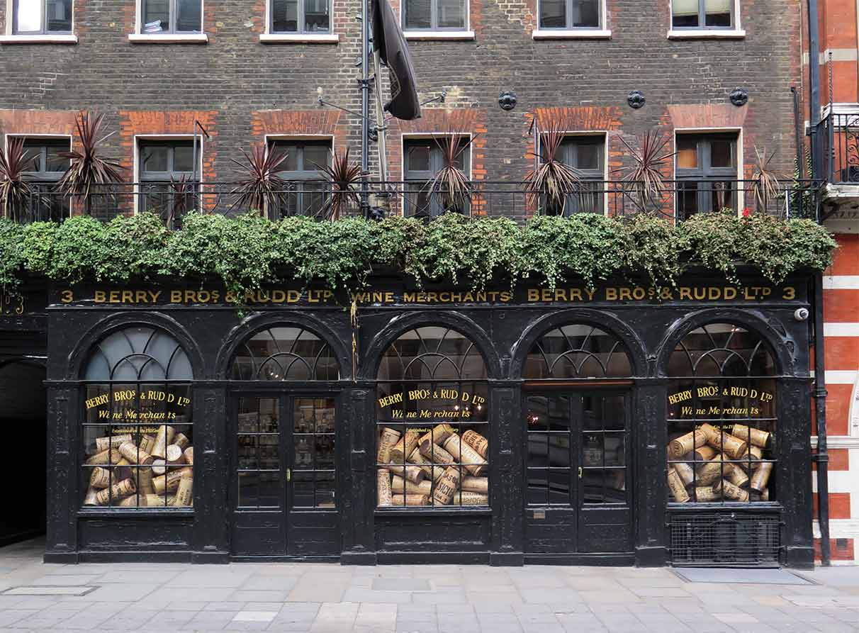 BB&R_window-display-design_giant-corks_01
